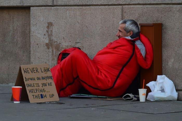 「生活保護」生活か「ホームレス」生活
